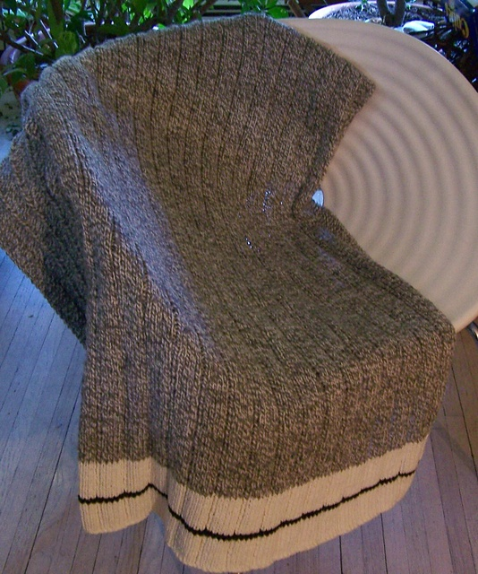 this would be great with a red stripe in the cream - like the old sock monkey socks! Ravelry: pleximo's Modified Campfire Throw