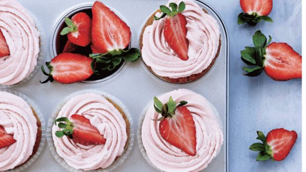 Cupcakes med jordbærfrosting   femina.dk