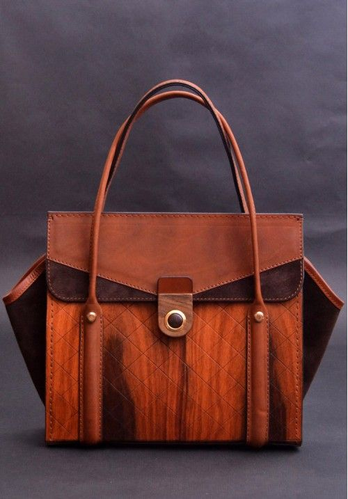 """Оригинальная сумка выполнена из древесины палисандра сантос, который имеет красноватый оттенок с черными прослойками.   Эта деревянная сумка имеет удобные ручки, а замок выполнен из массива ореха, бронзы и с декоративной вставки из эбена макасар.  """"Уши"""" этой оригинальной сумки сделаны из темно-коричневой замши в комбинации с гладкой кожей. КУПИТЬ В http://dotupbutik.ru  #Bags #Leather bags #Designer bags #сумки #кожаныесумки #дизайнерскиесумки"""