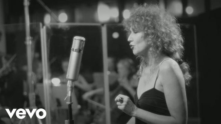 This is a music video featuring Fiorella Mannoia singing her song, Stella di Mare.