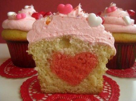 Oggi è San Valentino e perchè non fare qualcosa di speciale? Ecco la ricetta per fare dei romantici muffin con il cuore dentro, perfetti anche per una merenda per i bambini!