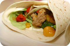 Op dit eetdagboek kookblog : Shoarma Wraps - Ingrediënten: 2 schnitzels, shoarmakruiden, zout, 2 uien, 1 rode paprika, 1 gele paprika, 1 groene paprika, 6 tortilla wraps, knoflooksaus, sla, komkommer,