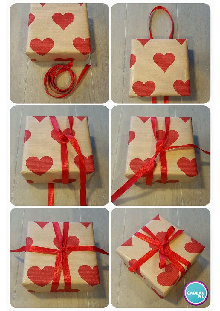 Cadeau inpaktip: Leg je lint als een lus onder je pakje door. Trek 1 uiteinde door de lus en maak een knoop met het andere uiteinde. Treek deze strak en maak een strik. Voilá! #cadeau #inpakken #geschenkverpakking