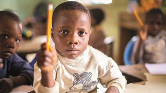 Nijerya Eğitim Bakanlığı, dünyada okula gidemeyen çocukların yarısının Nijerya'da bulunduğunu açıkladı. Ülkedeki 10 milyondan fazla çocuk fakirlik ve kabileler arası çatışmalar sebebiyle okul sıralarıyla tanışamıyor.