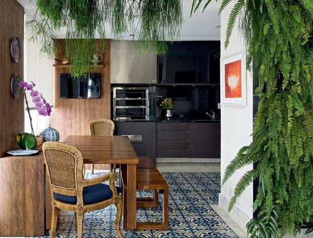 Sala de almoço arejada em apartamento de SP. Projeto de Selma de Sá Moreira #green #blue #ladrilho