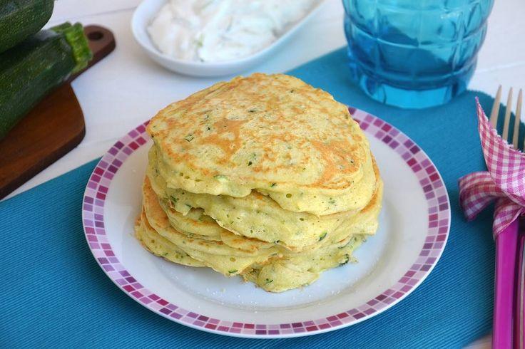 I pancake alle zucchine sono l'ultimo esperimento di pancake salatiche ho realizzato.Sono delle simpatiche frittelline arricchite da zucchine tagliate alla julienne, formaggio e menta che potete