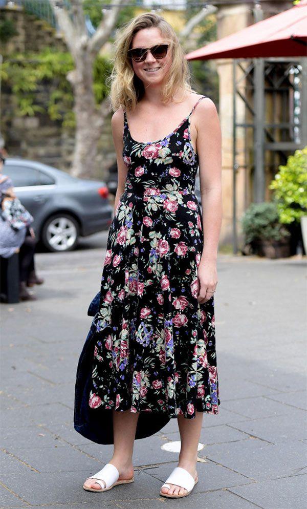 Street style look com vestido floral midi.