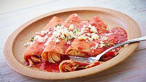 """Knorr® Suiza te enseña cómo preparar la receta de comida fácil, """"entomatadas de pollo bañadas"""", mejora el sabor de la comida mexicana agregando un poco de Knorr® Suiza."""
