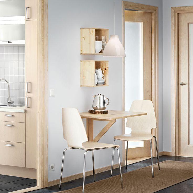 Настенный складной стол со столом верхней Norbo бесцветного твердого лакированного березы с комнатой для 2 человек и стулья Vilmar березовый шпон / хром
