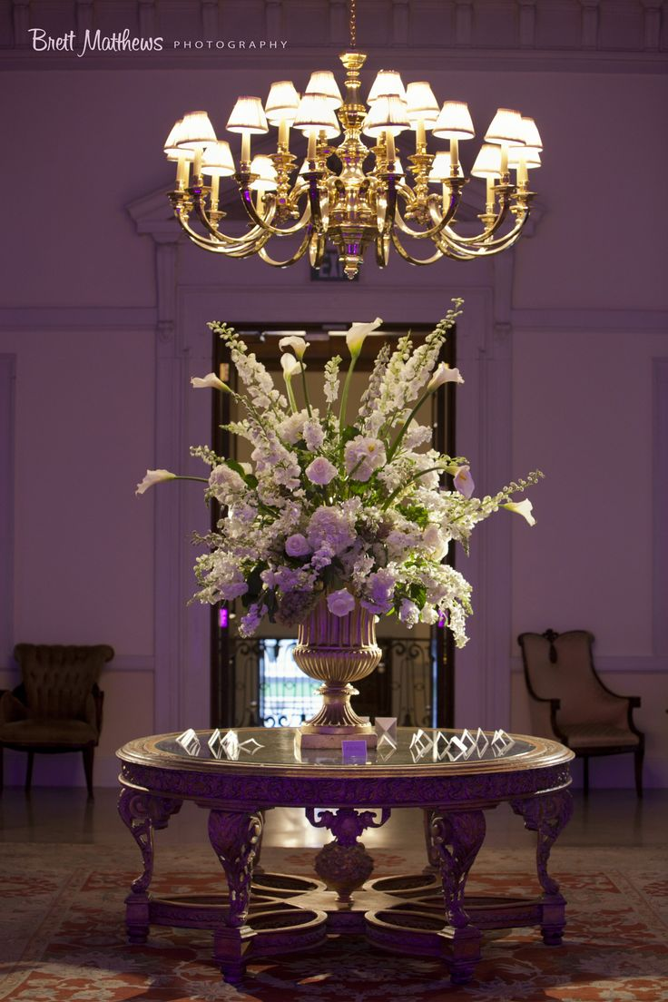 Upper foyer brett matthews photography oheka castle for Foyer flower arrangement