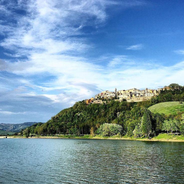 [Piccoli gioielli incastonati nell'entroterra pesarese...Sassocorvaro vista dal Lago di Mercatale] #sassocorvaro #pesarourbino #marche #natgeo #landscape #landscape_photography #italia_landscape #wonderlust #panorama #scatto_italiano #loves_italia #vsco_italy #ig_italia #ig_italy #ig_worldclub #naturelovers #naturemagic #natureshots #natureonly #infinity_italia by gaia.zeta