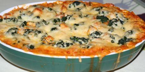 Kyllingelasagne med cremet sovs, spinat og hakkede tomater smager dejligt og er nemt at lave. Et sikkert hit hos hele familien.