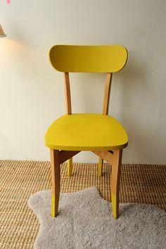 Una sedia del genere con questo color senape è decisamente da collezione.