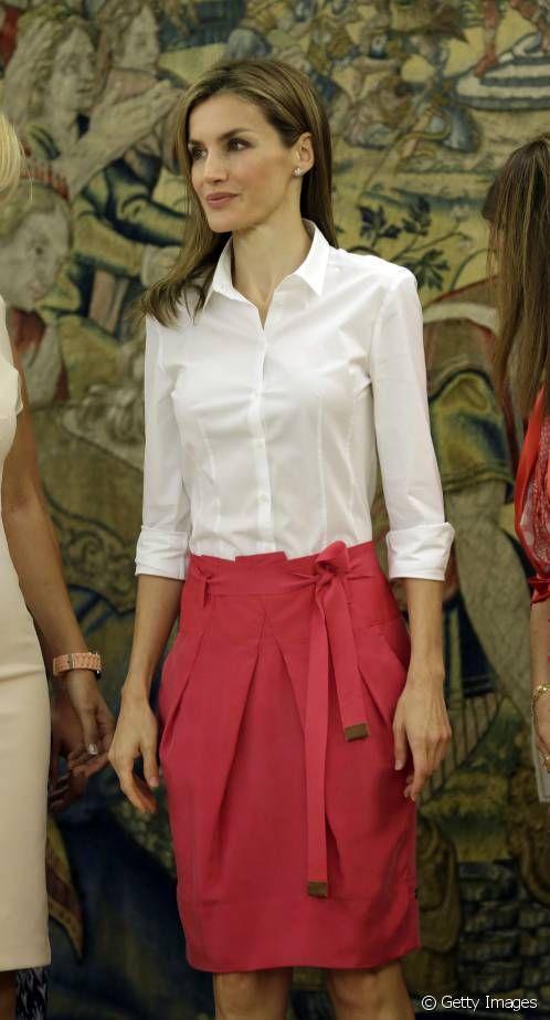 La Reina Letizia, con una falda rosa de Hugo Boss.