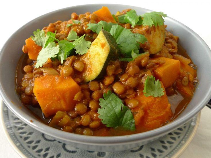 Dit is een heel makkelijk recept voor een verwarmende linzenschotel. Met pompoen, courgette en Indiase currypasta is het echt iets voor de herfst of winter.  | http://degezondekok.nl