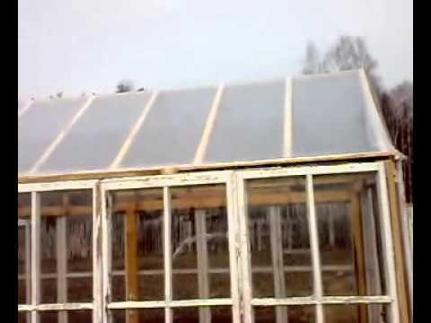 Взамен пластиковых дуг для крыши, которые оказались совсем ненадёжными в жару и при холодах, и которыми я пользовался лишь 1 год (в 2014 году), я изготовил в 2015 году крышу теплицы из соснового бруса длиной  12 метров и сечением 50мм на 50 мм .      Поверхность бруса, на которой будут уложены 2 слоя полиэтилена по 150 мкм, тщательно обстругана рубанком и полирована крупной наждачной бумагой.     Угол наклона крыши для стока воды и схода снега зимой составляет 45 градусов.
