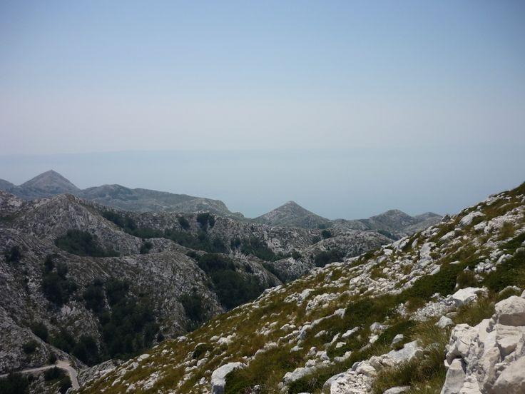 Biokovo (Croatia). 36 km dlouhý a 9,5 km široký horský hřeben v centrální části pobřeží Dalmácie. Na severozápadě jej odděluje sedlo Dupci od horského hřbetu Omiška Dinara. Na jihovýchodě se táhne k řece Neretva. Jeho holé vápencové svahy se strmě snižují směrem k moři, při úpatí se táhne úzký pás úrodné půdy s hustým porostem jehličnanů a středomořské vegetace. Přestože pohoří Biokovo stoupá strmě od pobřeží, je snadno dostupné.