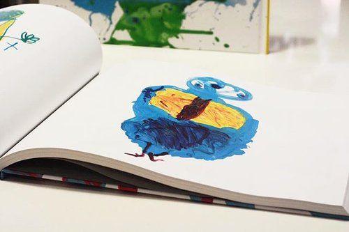 Les dessins de nos enfant méritent beaucoup mieux que de rester accrochés sur le frigo ou encore oubliés au fond d'un carton. 🙁 Our kid's drawings certainly deserve much more than to sit lonely on a fridge or forgotten at the bottom of a cardboard box.