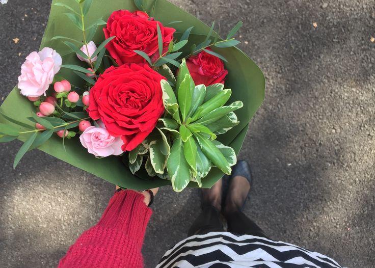 Красные розы и питтоспорум