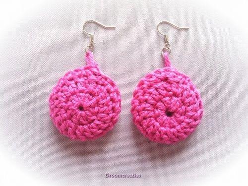 Oorbellen gehaakt roze.  Crochet earrings pink.  www.droomcreaties.nl