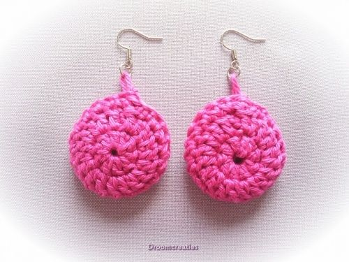 Oorbellen gehaakt roze.  Crochet earrings pink.  www.droomcreaties.nl