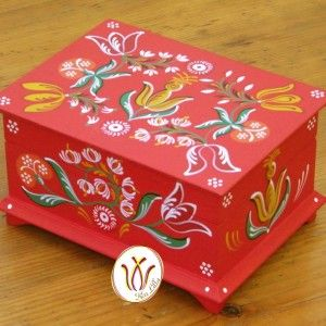 Transylvanian hand painted wooden box. Piros doboz barcasági csángó mintával.