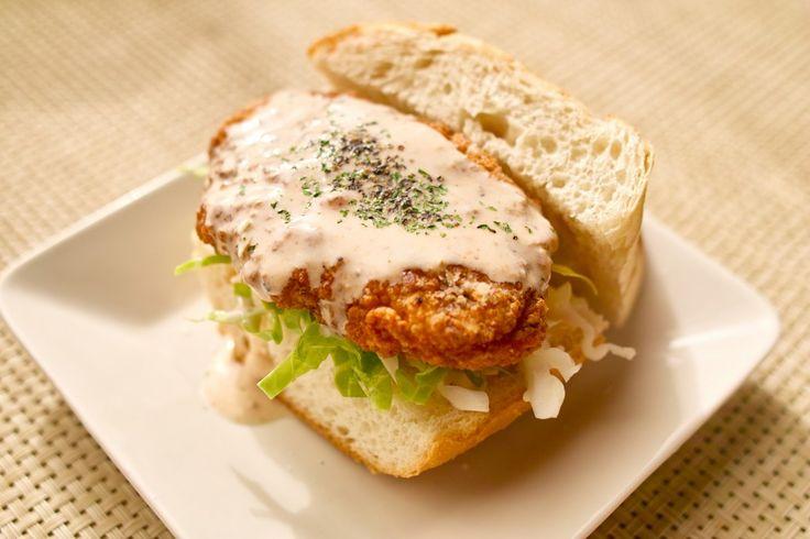 フライドチキン風の唐揚げを挟んだバーガーをファラフェルソースで食べる!