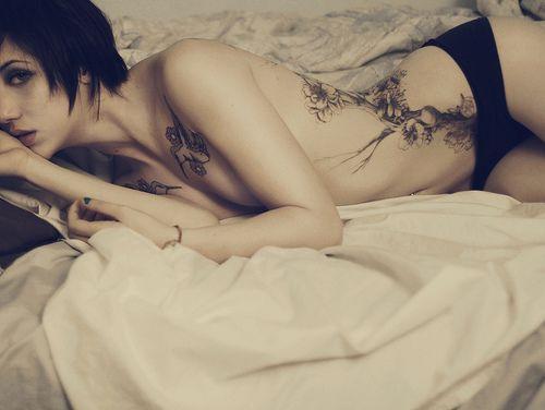 tatouage arbre hanche femme