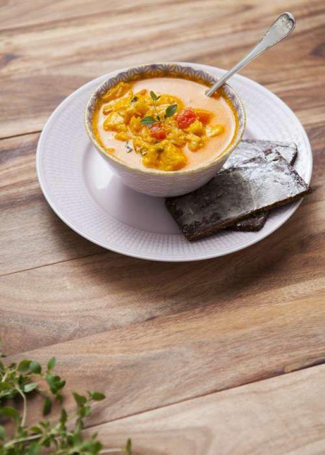 En fantastiskt god fisksoppa innehållande lax- & torskfilé, vitlök, matlagningsvin, timjan och saffran. 597 kcal