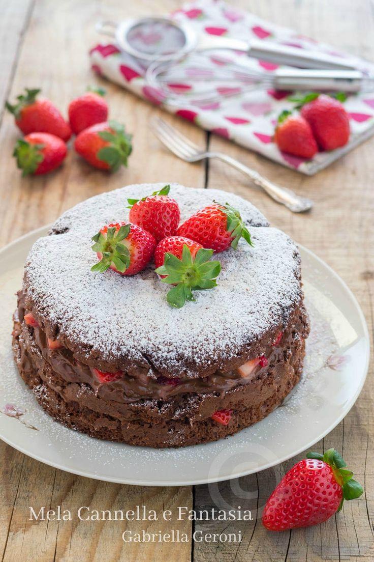 #Torta golosona al #cacao con #Nutella #mascarpone e #fragole, #soffice come una nuvola, farcita con una irresistibile #crema... #ricette #cake #dessert #yummy #food #blog #tasty #strawberry #recipe