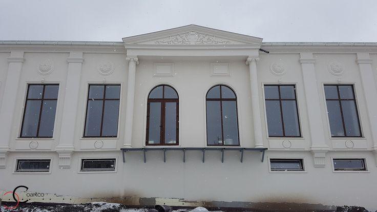 Profile decorative din polistiren CoArtCo pe fatada sala evenimente