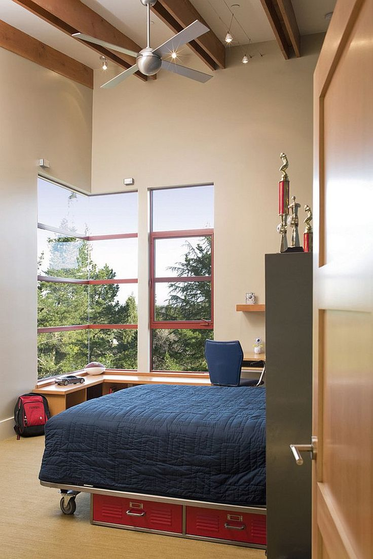 Стильная детская спальня с компактной кроватью на колесах [Дизайн: Banducci Associates Architects / John Sutton Photography]