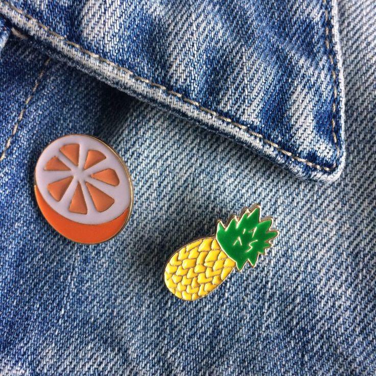 fruitig gekleurde clutchpin sinaasappel ananas - 4leafs4joy - party - oranje - wit - groen - geel - goud - draag ze op je denim jack - draag ze op je tasje