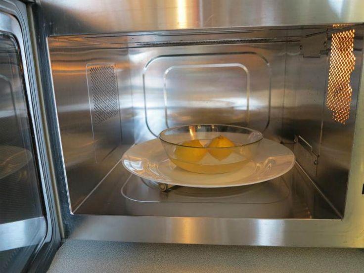 Mikrodalga Fırın Nasıl Temizlenir?  -  Mine Akgün #yemekmutfak.com Mikrodalga fırının iç yüzeyinde biriken yağ ve kurumuş yemek artıklarının düzenli olarak temizlenmesi gerekir. Neyse ki bu tür fırınları kimyasal madde kullanmadan son derece kolay bir şekilde temizleyebilirsiniz. Mikrodalga fırınınızı tertemiz yapmak ve fırına sinmiş kötü kokuları yok etmek için, sadece bir limona ve bir bardak suya ihtiyacınız vardır.