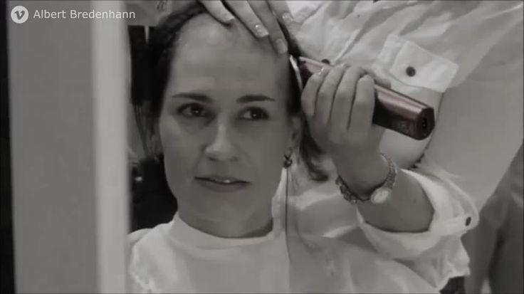 ¡Estas chicas se rapan la cabeza por su amiga! En este grupo de amigas le han diagnosticado cáncer a una de ellas. Para apoyar a su amiga en ferma, las demás deciden raparse el cabello y sorprenderla.