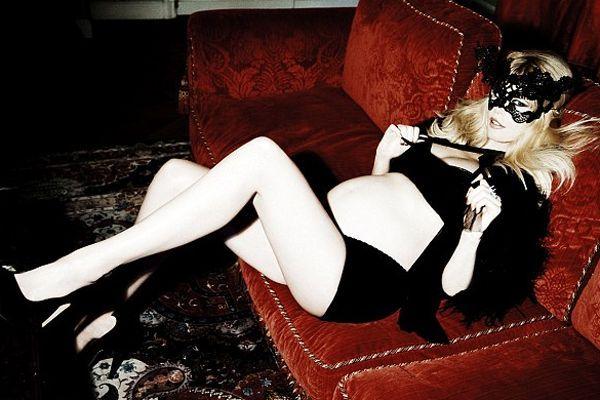 Claudia Schiffer, pregnant, zwanger, sex, sexy claudia schiffer, pregnancy claudia schiffer, ellen von unwerth - een open brief aan alle moms to be - woelt magazine