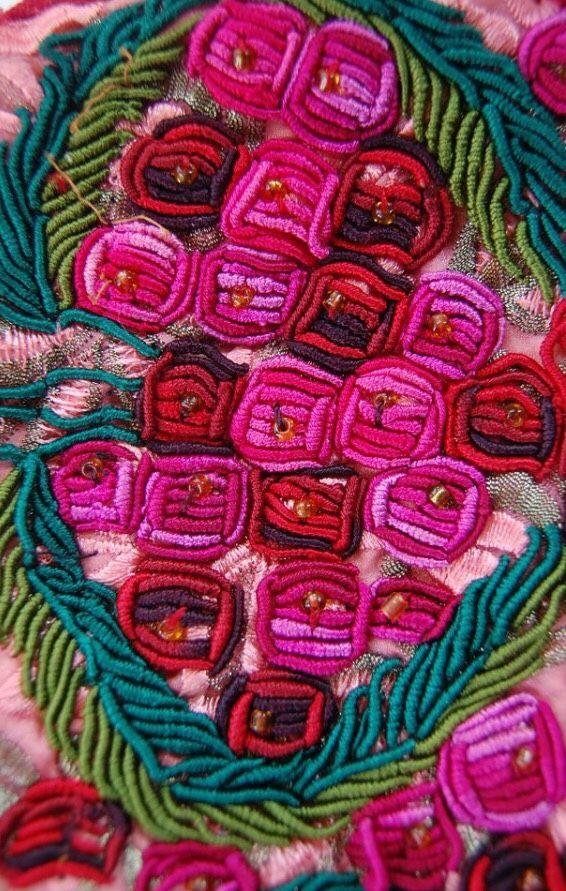 Un bellissimo mazzo di rose ricamate #TextileDesign #surface #ricamo