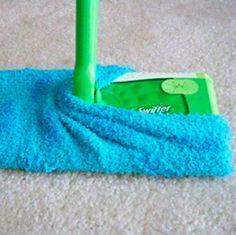 Stülpe eine flauschige Socke über Deinen Bodenreiniger, statt teuren Ersatz zu kaufen. | 17 grenzgeniale Lifehacks zum Putzen, die Du bei Instagram findest