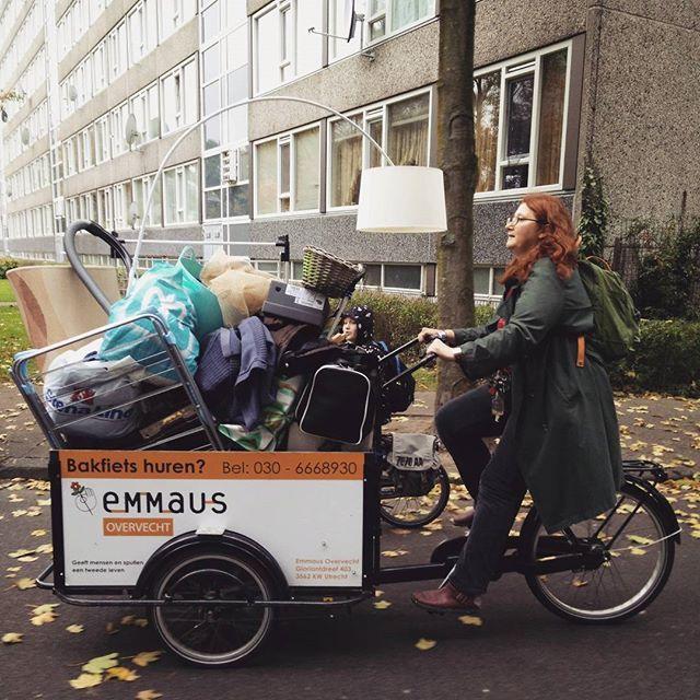 Spulletjes vervoeren met volle #Emmaus #bakfiets door #Overvecht. Geen auto nodig hoor. Handig! Foto door Christine Jones... #utrecht #utrechtfietst #cargobike #cargobikerevolution