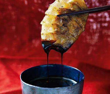 Siu mai är en färgglad, perfekt liten munsbit och förmodligen den mest populära dumplingen bland alla kinesiska dim sum. I Hongkong görs den nästan alltid med en blandning av fläsk och räkor, men den som vill kan tillsätta lite svamp också.