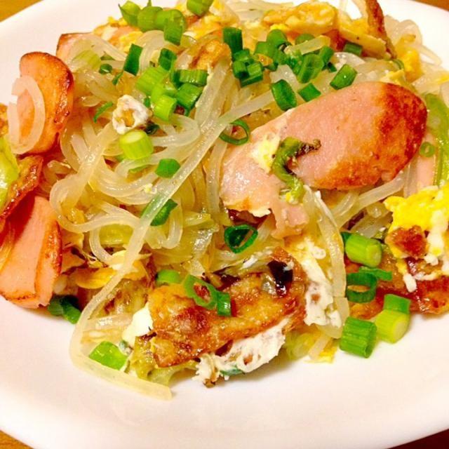 マロニーのレタスと魚肉ソーセージの炒め物に目玉焼きを潰して混ぜて見ました。 ボリュームが欲しい時は良いと思いました。卵を入れたらお好みソースで食べたら美味しいです。 - 100件のもぐもぐ - まいりさんの料理 マロニーのレタスと魚肉ソーセージの炒め物✨ by mayumi0525