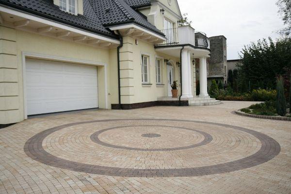 projekty kostki brukowej przed domem   Dom stylizowany na dworek o zróżnicowanej…