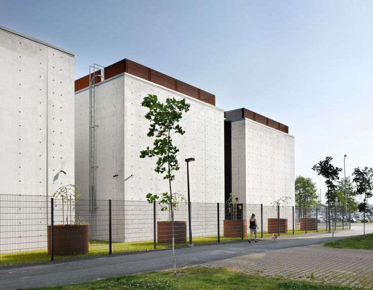 The substation is located on a narrow site in an urban setting with a mix of residential and office buildings surrounding the building. Following the masterplan of the area, the substation buildings are placed close to one edge of the property, leaving a