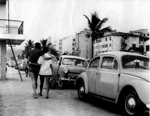 Esta fotografia foi tema de reportagem d´O Globo.   Consta que foi comprada, junto com muitas outras, por um americano na feira da Praça XV por uma bagatela. Descobriu-se depois que era de autoria de Orizon Carneiro Muniz, um fotógrafo amador que retratou o cotidiano de Ipanema nas décadas de 60 e 70.