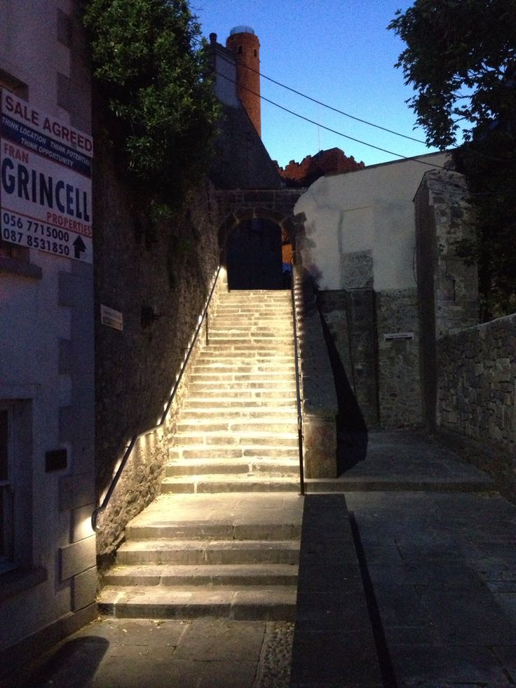 We used a simple handrail lights to illuminate the granite steps. The light source is LED and uses 90 watts instead of the original 250 watts.