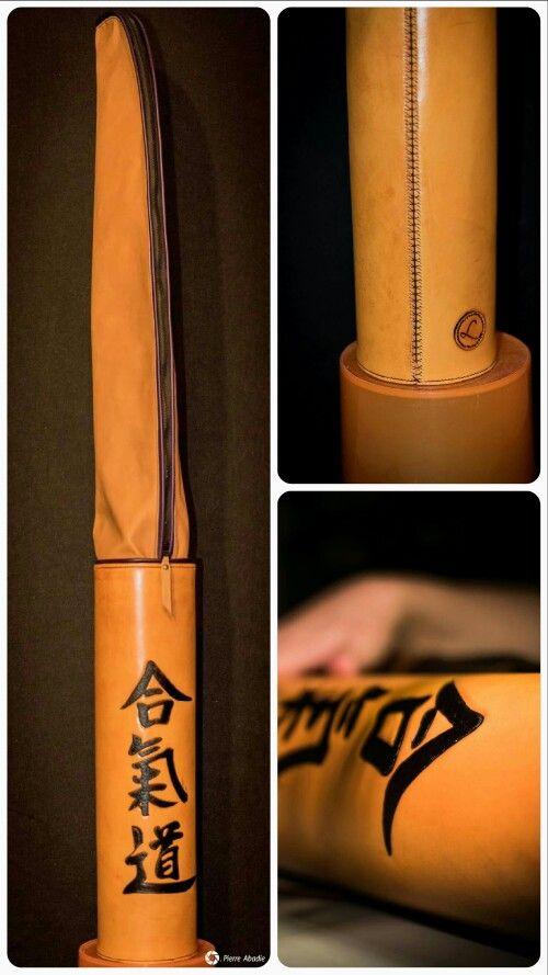 Housse en cuir pour armes d'aïkido sur mesure avec décor sculpté personnalisé. Leather Case for custom aikido weapons with custom carved decoration.