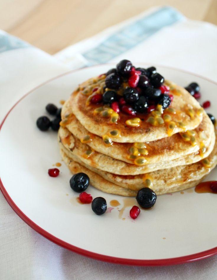 panqueques de avena, berries y maracuyá