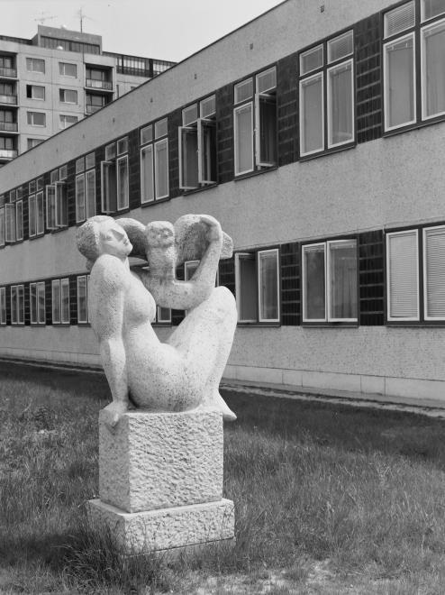 Apáczai Csere János út, Lány bagollyal című szobor (Seregi József, 1976.), mögötte a József Attila könyvtár.