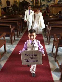 """letrero de bodas! Ahí viene la novia de un lado y para la salida del otro lado dice """"Y vivieron felices para siempre"""""""