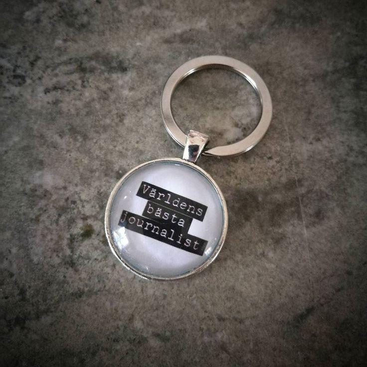 Uppmuntran till en duktig journalist! #smycken #handgjordasmycken #bildsmycken #namnsmycken #personligasmycken #nyckelring #världensbästajournalist #ljuvligating